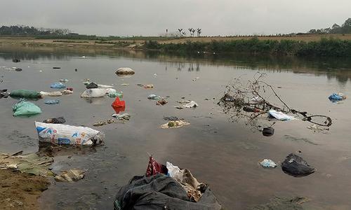 Dòng sông nổi tiếng Hà Tĩnh ngập rác sau Tết