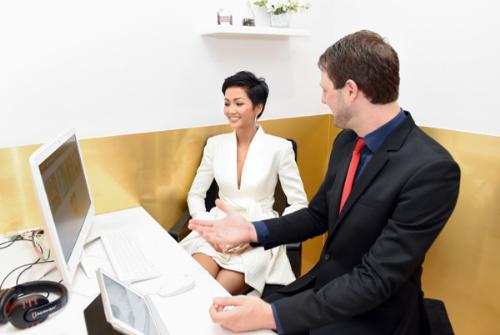 HHen Niê trải nghiệm học các bài học tương tác trong phòng học VIP của Wall Street English.
