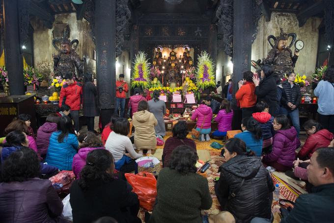 Người Hà Nội đứng, ngồi trong gió lạnh dự lễ dâng sao giải hạn