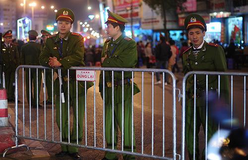 Cảnh sát lập hàng rào bảo vệ trật tự ở chùa Phúc Khánh. Ảnh: Giang Huy.