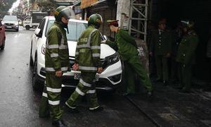Hàng loạt ôtô bị cẩu vì chiếm vỉa hè ở quận Hoàn Kiếm