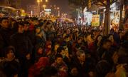 Người dân xếp lớp ngồi cầu an giải hạn trước chùa Phúc Khánh