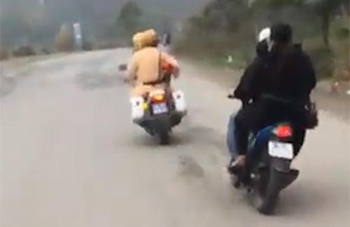 Đôi nam nữ chạy xe đánh võng thách thức cảnh sát giao thông