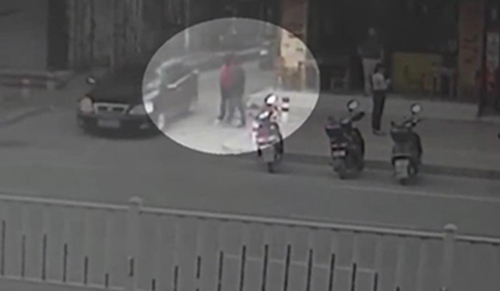 Hình ảnh chị Liễu rời khỏi nhà cùng người đàn ông mặc áo đen được camera ghi lại.