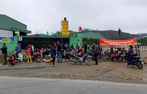 Hàng chục người dân tập trung trước cổng nhà máy xử lý rác Phú Hà để phản đối. Ảnh: Đ.H