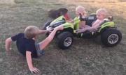 Những tai nạn hài hước của trẻ em với ôtô đồ chơi