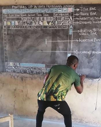 Thầy Kwadwo vẽ lại màn hình Microsoft Word lên bảng đen.