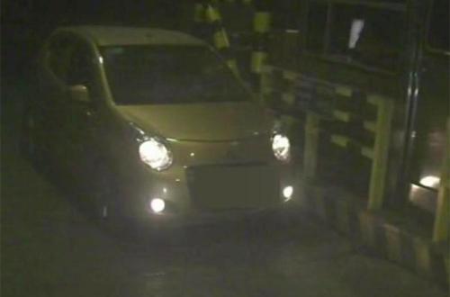 Chiếc ô tô Long lái chở con riêng của vợ đến khu vực vắng để ra tay.