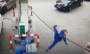 Nữ tài xế kéo theo vòi bơm xăng, giật đổ cột bơm