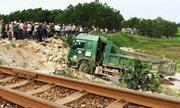 Ôtô tải bị tàu hỏa húc văng xuống ruộng, tài xế tử vong