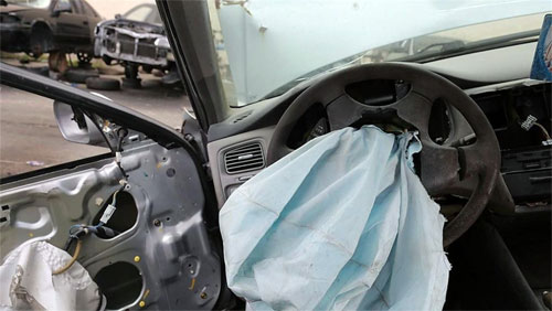Bơm túi khí lỗi có thể nổ rất mạnh khi xe gặp va chạm khiến mảnh vỡ kim loại găm vào người trên xe. Ảnh: News.com.au.