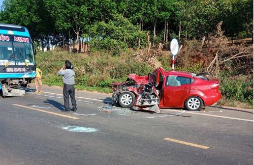 Vụ tai nạn xe con đâm trực diện xe khách ở Đắk Nông gây nhiều tranh cãi.