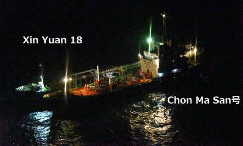 Tàu Chon Ma San nhận dầu thô trên biển Hoa Đông. Ảnh: Bộ Quốc phòng Nhật Bản.
