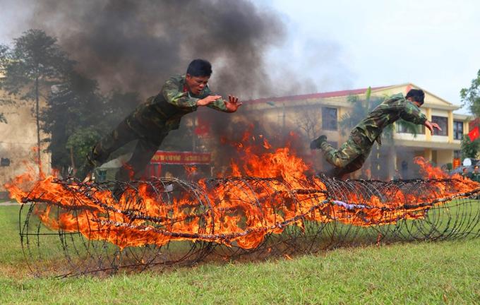 Bộ đội Huế diễu binh, biểu diễn võ thuật