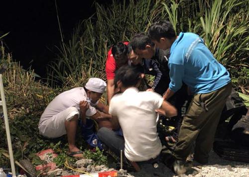 Nhân viên y tế cùng người dân tham gia cứu hộ nạn nhân trong đêm. Ảnh: An Thuyên.
