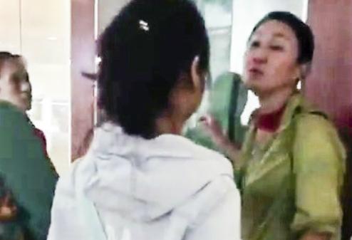 Người phụ nữ Trung Quốc thuyết minh xuyên tạc lịch sử Việt Nam ngay trong Bảo tàng Đà Nẵng. Ảnh: Cắt từ clip.