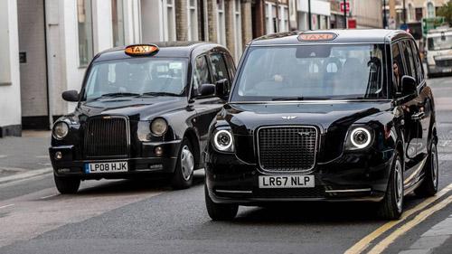 Những mẫu xe taxi sơn đen quen thuộc trên đường phố London, Anh. Ảnh: Motor1.