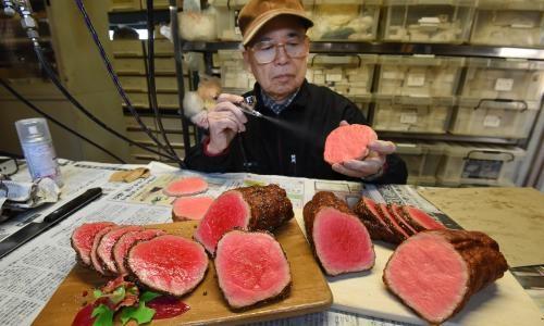 Thợ thủ công sơn màu thịt trong xưởng Sanpuru Koro. Ảnh: Guardian.