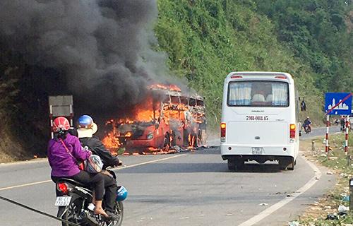Ôtô cháy ngùn ngụt khi qua Khánh Hòa. Ảnh: Quốc Phước
