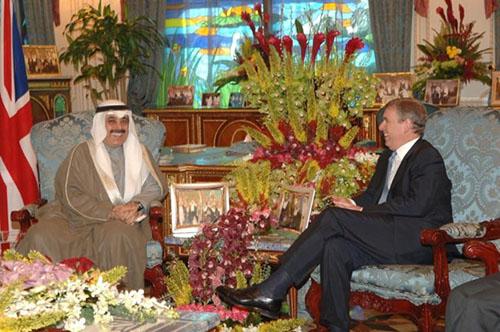 Tỷ phú Maan al-Sanea (trái) trong cuộc gặp hàng tử Andrew nướcAnh vào 2007. Ảnh: Reuters.