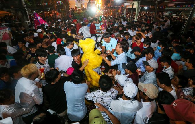 Hàng nghìn người tranh nhau đồ cúng lúc nửa đêm ở miền Tây
