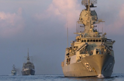 Tàu chiến Australia diễn tập chung ở Biển Đông với tàu của một số nước ASEAN năm ngoái. Ảnh: AFP.