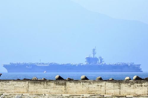 Tàu sân bay Mỹ nhìn từ cầu cảng Tiên Sa, Đà Nẵng.Ảnh: Nguyễn Đông.