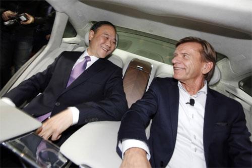 Lý Thư Phúc (bên trái) và Hakan Samuelsson, giám đốc điều hành của Volvo Cars. Ảnh: AP.