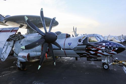 Máy bay cảnh báo sớm E-2 C/D Hawkeye trên tàu sân bay USS Carl Vinson neo đậu ở Đà Nẵng. Ảnh: Nguyễn Đông.