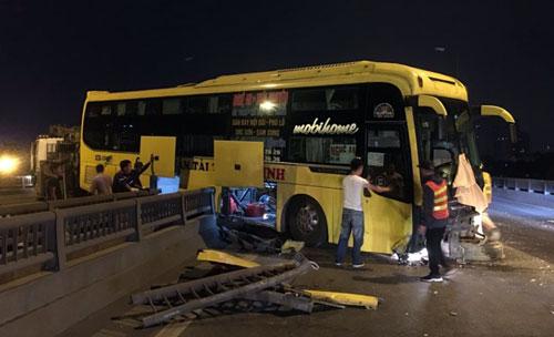 Khoảng 20 hành khách xuống xe an toàn. Ảnh: Huy Mạnh