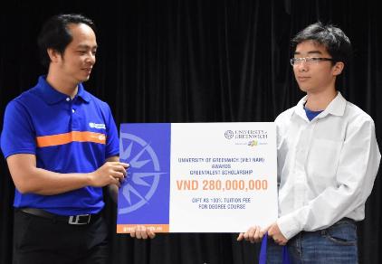 Lê Đức Hiếu (bên trái) nhận học bổng toàn phần Green Talent từ Đại học Greenwich (Việt Nam) trị giá 280 triệu đồng.