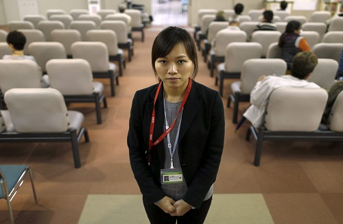 Dang Nguyen Thuc Vien, con gái một người nhập cư Việt Nam, làm thông dịch viên trong một bệnh viện tại tỉnh Kanagawa. Ảnh: Reuters.