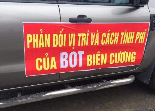 Băng rôn, khẩu hiệu được dán trên các thân xe. Ảnh: Minh Cương