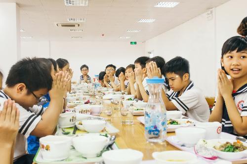 Các bạn học sinh trường Quốc tế Nhật Bản nói itadakimasu như một lời mời trước khi bắt đầu ăn.