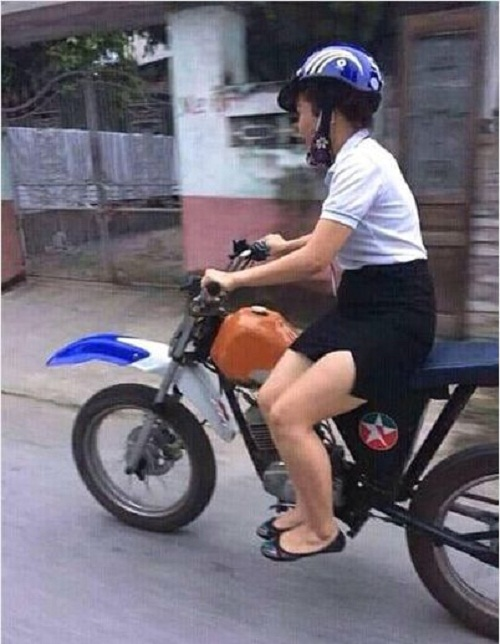 Cách ngồi duyên dáng khi mặc váy ngắn lái xe.