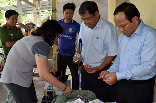 Đoàn kiểm tra phát hiện cơ sở thuốc đông được của bà Hoa hoạt động không phép hai năm qua. Ảnh: Nguyễn Sang