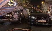 Giàn giáo đổ đè 2 ôtô, tài xế bung cửa thoát thân