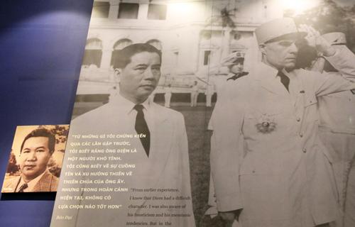 Sau khi Pháp thất bại ở Điện Biên Phủ, Quốc trưởng Bảo Đại bổ nhiệm Ngô Đình Diệm làm Thủ tướng Quốc gia Việt Nam. Đây là hình ảnh mở đầu cho câu chuyện về cuộc đời ông Diệm ở trưng bày.