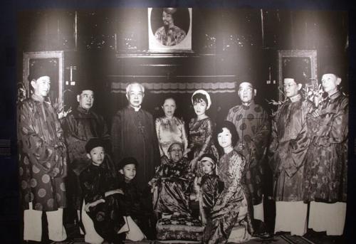 Ảnh gia đình ông Ngô Đình Diệm được phóng lớn, chiếm trọn bức tường.