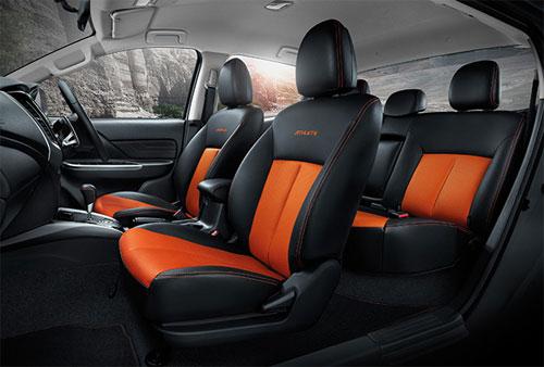 Nội thất tông cam - đen. Hàng ghế sau có thể ngả 25 độ.