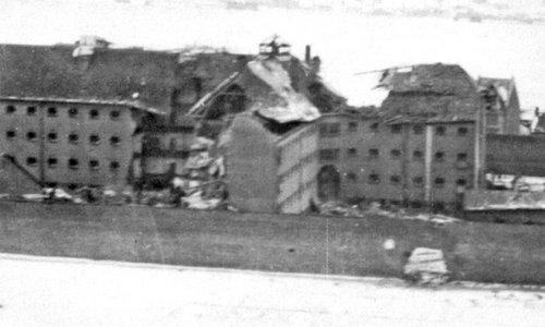 Nhà tù Amiens hư hại sau đợt không kích. Ảnh: War History.