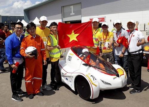 Thành viên đội thi đạt giải nhất cuộc thi xe tiết kiệm nhiên liệu châu Á. Ảnh: Lê Long