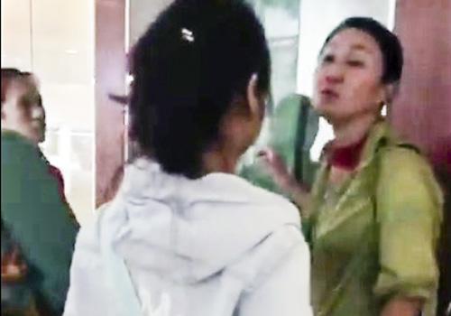Người phụ nữ Trung Quốc đứng là làm hướng dẫn viên tại Bảo tàng Đà Nẵng, có lời lẽ xuyên tạc lịch sử Việt Nam. Ảnh: Cắt từ clip.