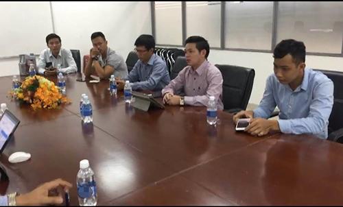 Anh Bình (thứ hai từ phải sang) trong buổi làm việc ngày 8/3 với đại diện của Ford Việt Nam