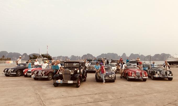 Đoàn xế cổ Hà Nội vượt 400 km gặp xe 'độc' đến từ Anh
