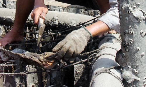 Fibro ximăng được thải bỏ ra môi trường sau mỗi vụ hàu. Ảnh: Nguyễn Khoa.