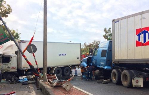 Xe container ủi bay dải phân cách trước khi đâm thẳng vào xe tải đi ngược chiều. Ảnh: Vạn An.