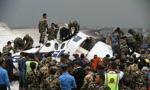 Hiện trường máy bay rơi ở Nepal làm hàng chục người chết