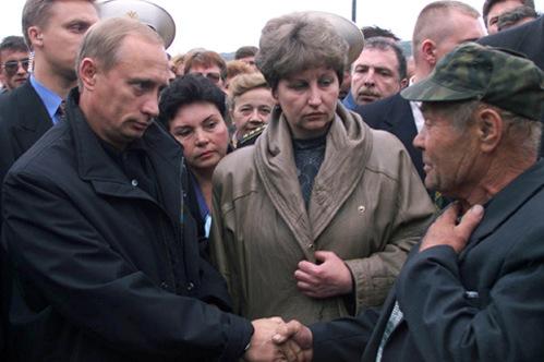 Tổng thống Putin thăm hỏi thân nhân các thủy thủ trên tàu Kursk. Ảnh: Kremlin.ru.