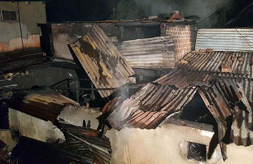 Khu nhà cháy là phần cơi nơi thêm sát bên biệt thự của gia đình nạn nhân. Ảnh: Khánh Hương.